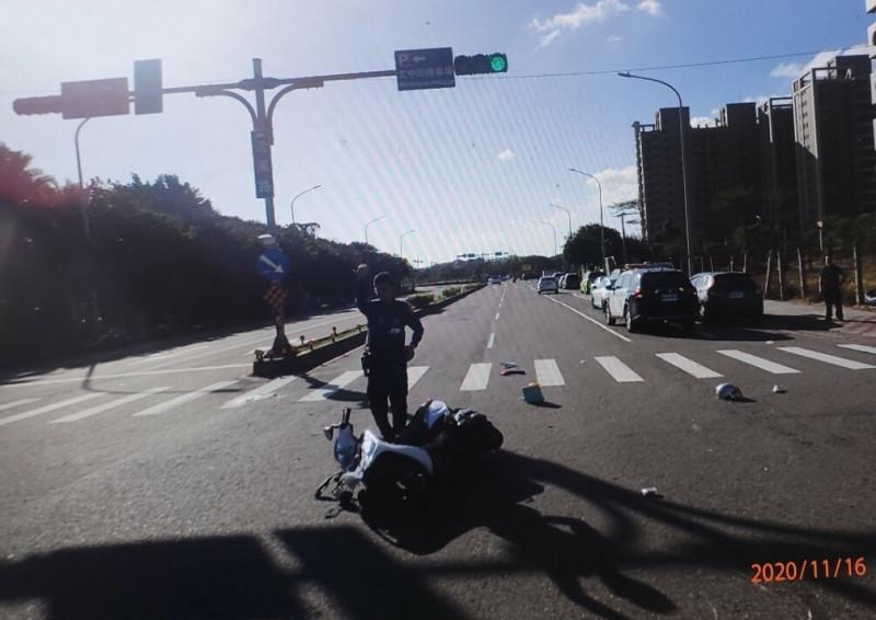 桃園市中壢區洽溪路與民權路四段路口車禍,在撞擊一瞬間車倒騎士和乘客被撞飛。(記者李容萍翻攝)