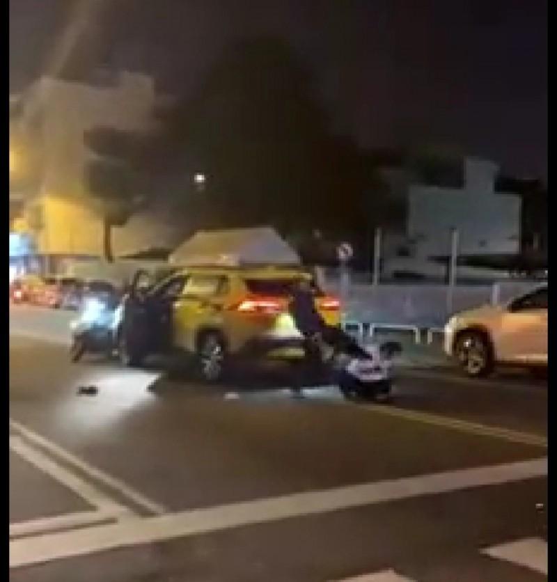 機車騎士起腳踹踏倒地的小黃運將。(圖:取自網路臉書社群)