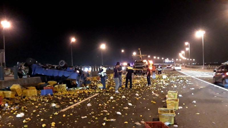 國道3號和美路段今晚傳出兩車追撞,數千粒橘子、柳丁轟炸國道就像戰場一般。(記者湯世名翻攝)