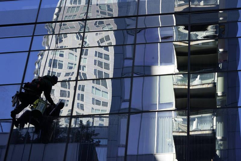 美國紐約發生一起工安意外,兩名洗窗工人在工作時,升降設備發生故障,兩人從50樓高跌落至35樓,所幸送醫過後傷勢穩定,意外發生詳細原因還有待釐清。示意圖。(美聯社)