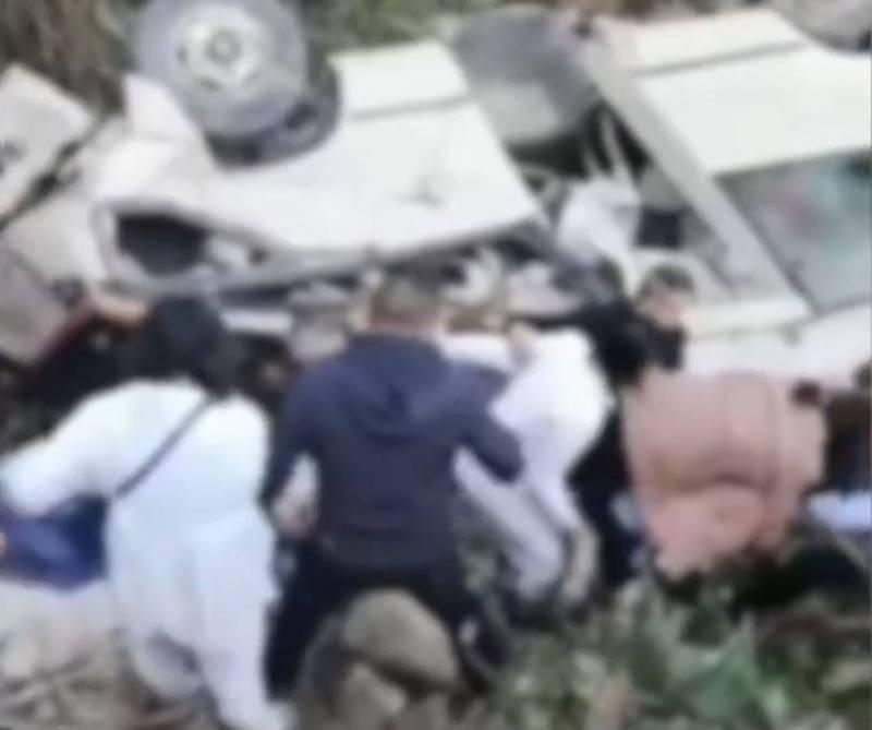 中國福建南平市11日發生一起出殯巴士翻車意外,導致9人死亡5人受傷。(圖擷取自微博)