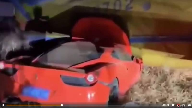 中國浙江昨日發生一起車禍,一輛紅色法拉利跑車撞上飛機機翼,網友驚呼哪方維修費較貴。(圖擷自微博)