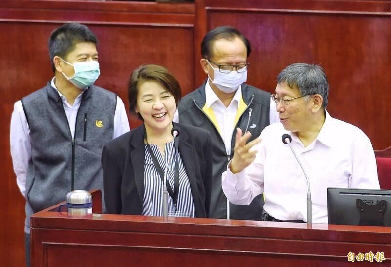 台北市長柯文哲(前排右一)今到市議會備詢。前排左一為副市長黃珊珊。(記者方賓照攝)