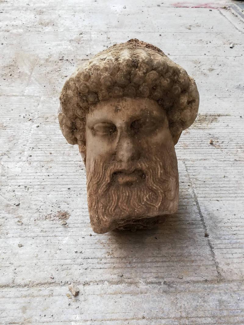 雅典下水道工程,意外出土2300多年前的希臘雕像。(美聯社)