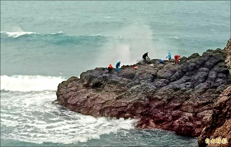 澎湖野生紫菜產在惡劣環境下,民眾冒著生命危險進行採收。(記者劉禹慶攝)
