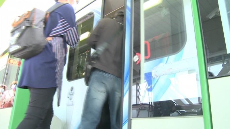 中捷車門只開15秒昨乘客屢被門夾驚嚇。(圖:讀者提供)