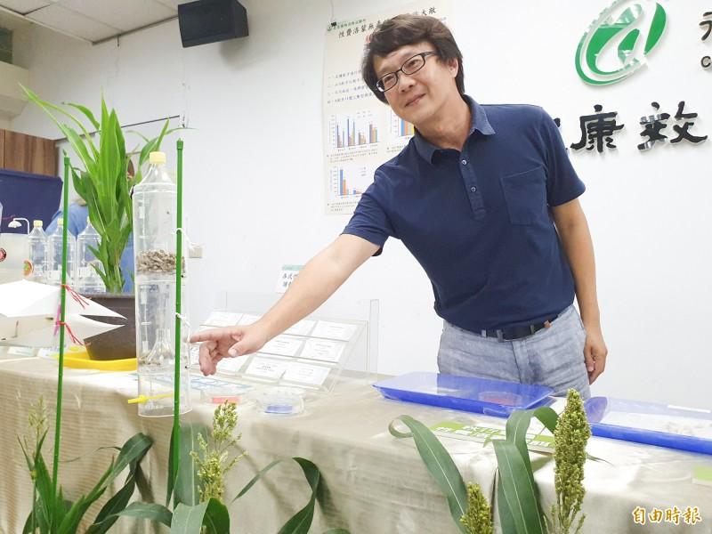 農委會藥毒所成功研發性費洛蒙秋行軍蟲誘捕器。(記者簡惠茹攝)