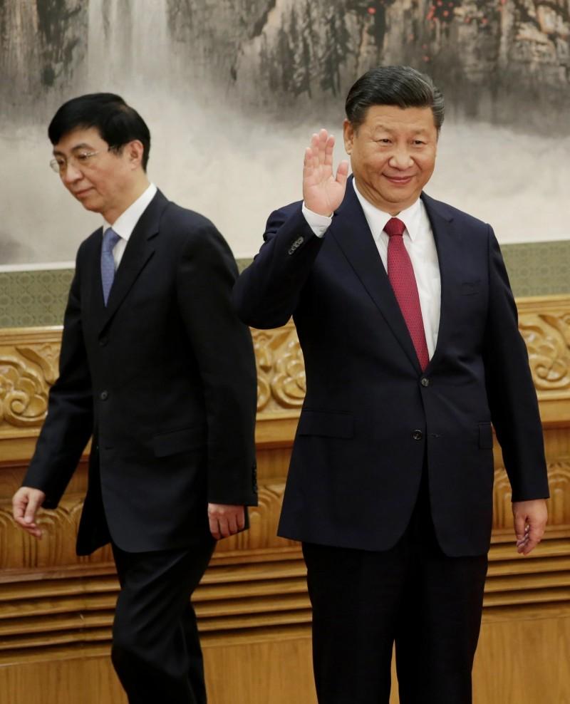 主管中共文宣系統的王滬寧(左),今年10月卸下中央政策研究室主任一職,不再擔任習近平(右)首席智囊。(路透檔案照)