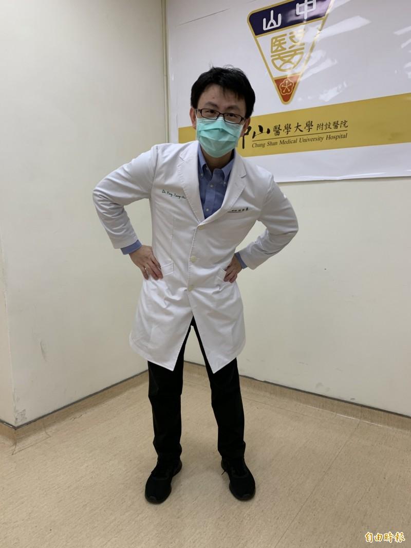 醫師楊宗熹提醒避免旋轉腰部、側身拉筋,以免傷到脊椎。(記者蔡淑媛攝)