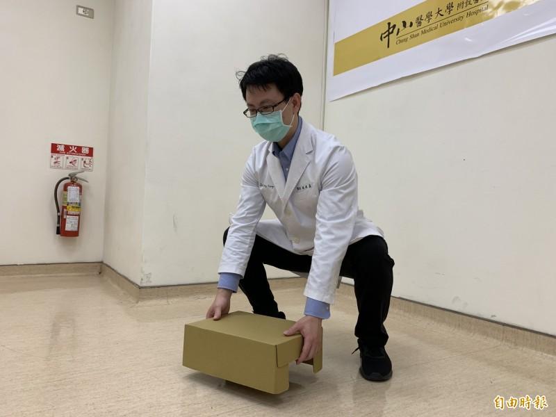 醫師楊宗熹建議搬物品應腰背挺直,重心放低、蹲下去拿。(記者蔡淑媛攝)