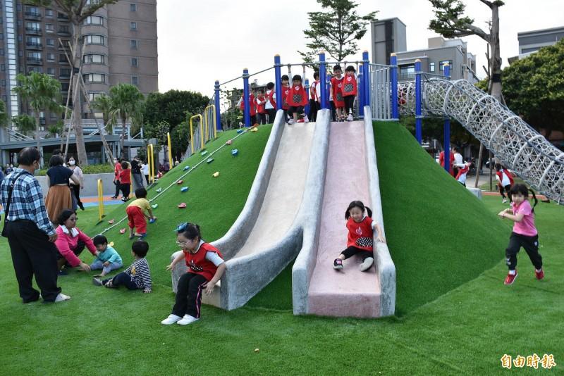 文化公園新建置溜滑梯、彈跳床等遊具,讓各個年齡層的兒童都有適合遊玩的遊具。(記者李容萍攝)