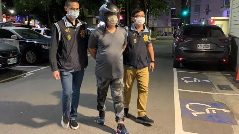 新北警新莊分局押解殺人的周嫌。(記者吳仁捷翻攝)