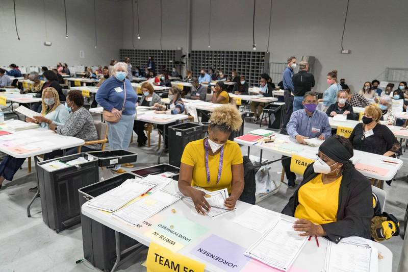 美喬治亞州啟動總統大選人工重驗,發現2600多張未計選票。(法新社)
