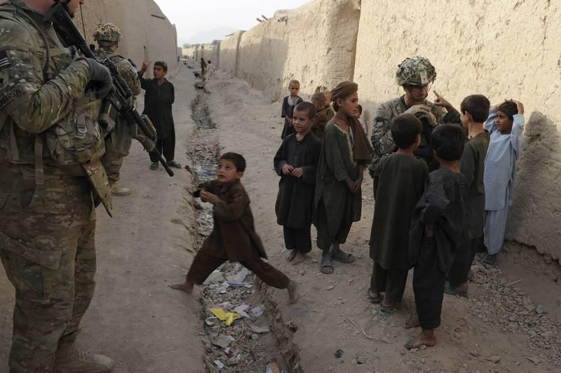 為終止持續17年的戰爭,以美國為首的各國政府與塔利班組織展開和平談判,包含美中俄3國將撤軍,以換取塔利班停止軍事行動的承諾。圖為示意圖。(法新社)