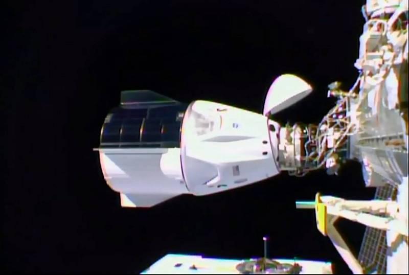 SpaceX飛龍號太空船「堅韌號」,成功對接國際太空站。(法新社)