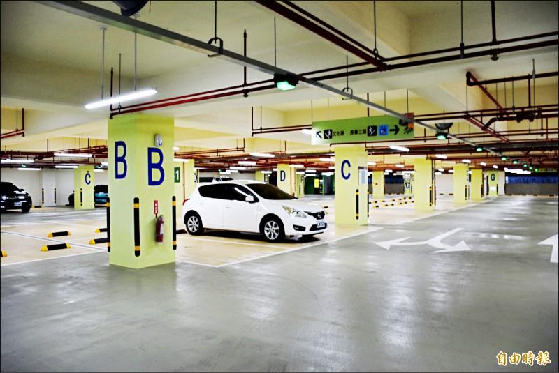 中壢區文化公園地下停車場即日起開放免費停車優惠至今年12月31日止。(記者李容萍攝)