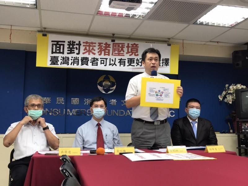 消基會今日召開記者會,指出台灣豬不能食用萊克多巴胺,台灣人卻可以吃萊豬,「難道人不如豬?」 (消基會提供)