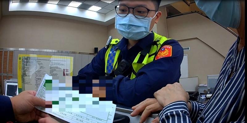 婦人堅持要匯款與行員僵持,警方趕往了解。(記者許國楨翻攝)