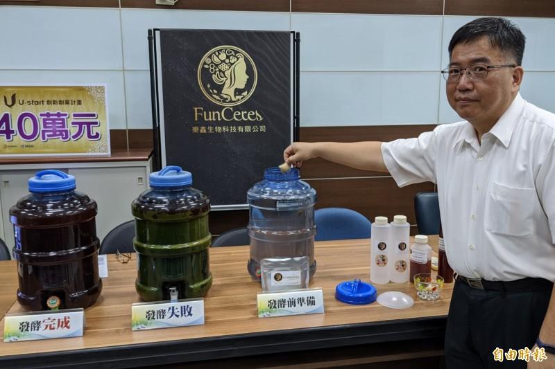 屏東科技大學生物科技系教授陳又嘉,率領博士生組隊開發「光合益生菌培養包」。(記者邱芷柔攝)
