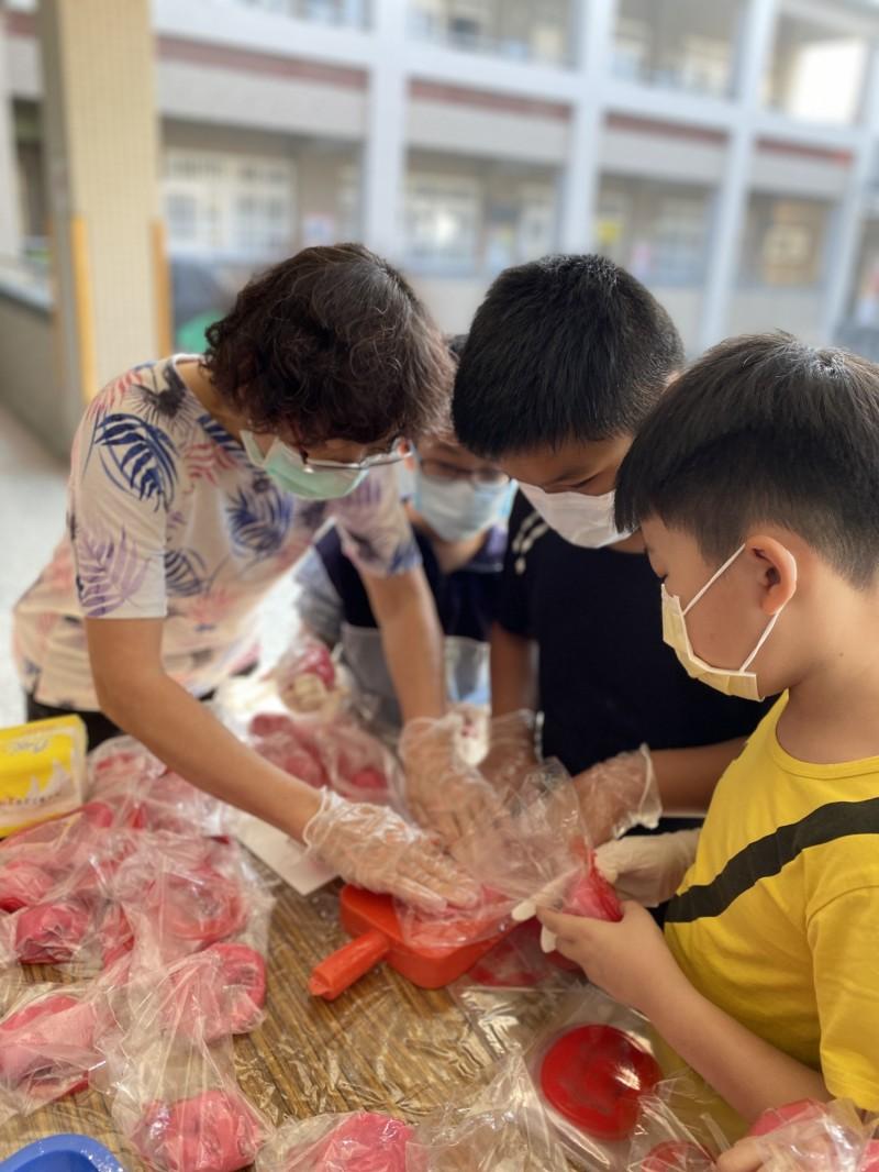 興華國小的小學生動手做紅龜粿,好吃又好玩。(記者詹士弘翻攝)