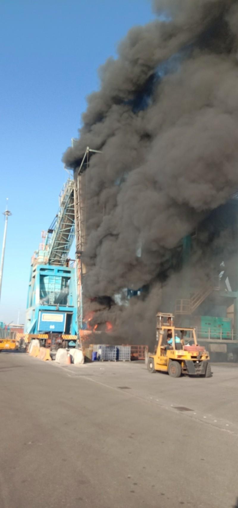 台中港碼頭卸煤機火勢猛烈。(記者張軒哲翻攝)(記者張軒哲攝)