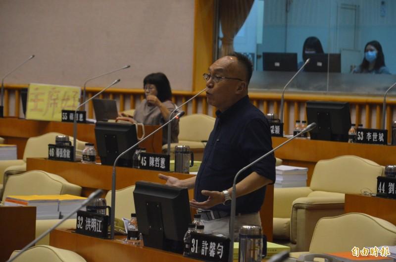 縣議員洪明江認為去年在大鵬灣舉辦的台灣燈會到底花了多少錢,以及為屏東帶來多少實質經濟效益,縣府應說明清楚。(記者李立法攝)