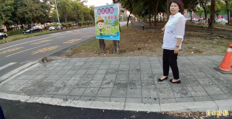 嘉市議員張秀華日前實勘世賢路1至3段的自行車道。(記者丁偉杰攝)