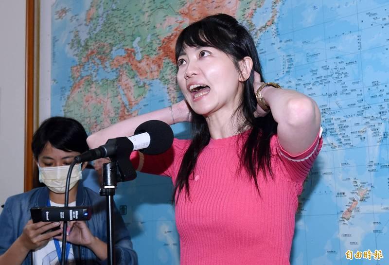 民進黨立委高嘉瑜被爆擁2房「還稱10年買不起房」,她18日在立法院受訪回應外界的質疑。(記者廖振輝攝)