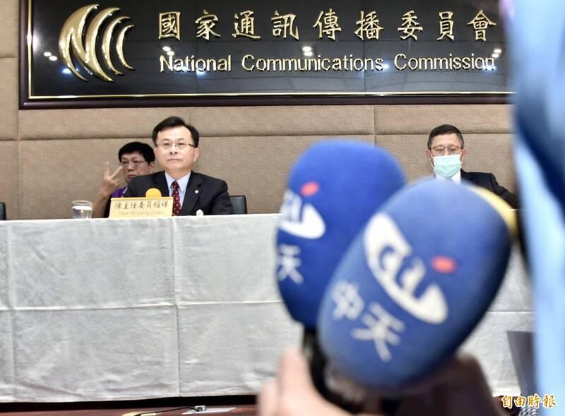 國家通訊傳播委員會(NCC)今18日召開記者會宣布中天新聞台換照審查,主委陳耀祥會後向媒體說明。(記者塗建榮攝)