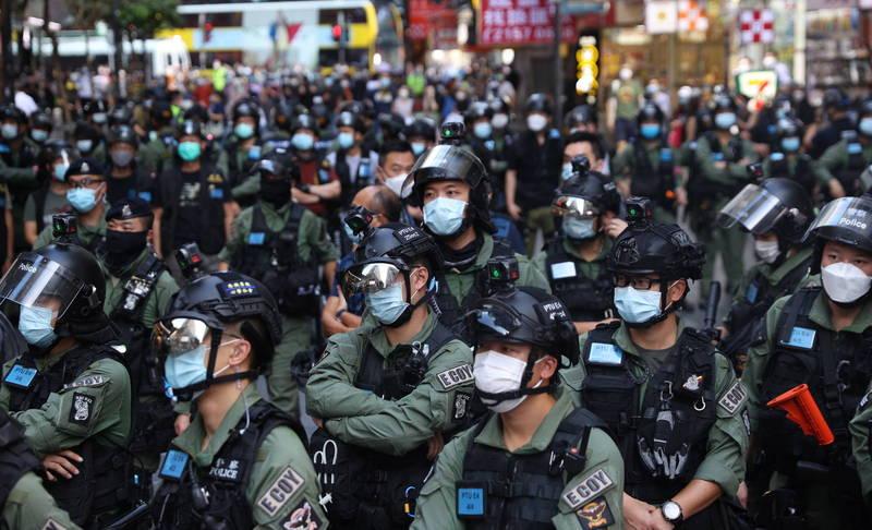 中共人大常委會法制工作委員會副主任張勇昨天表示,「《港版國安法》的制定只是起頭」,香港應盡速完成《香港基本法》第23條立法程序。圖為香港警察示意圖。(歐新社)