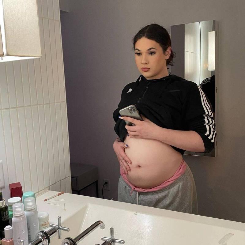 美國18歲男子麥奇(見圖)體內也有子宮和卵巢,今年他成功受孕,且已懷胎4個月。(圖截取自Mikey Chanel IG)