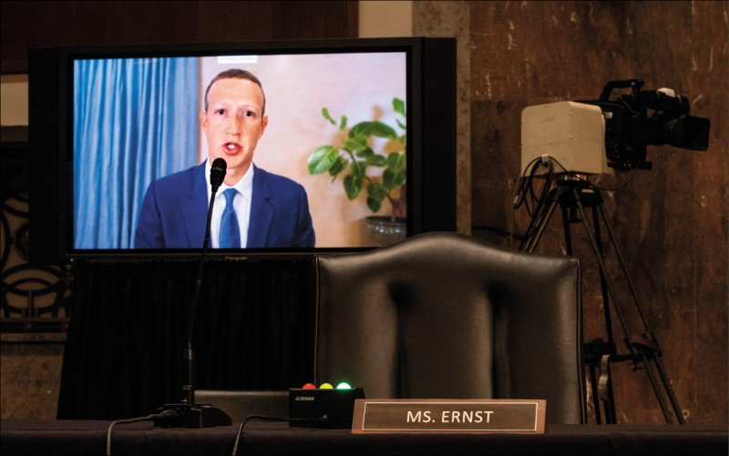 臉書執行長札克伯格(如圖)與推特執行長杜錫,十七日以視訊方式出席國會聽證,堅稱在大選期間已竭力阻止不實資訊。(彭博)
