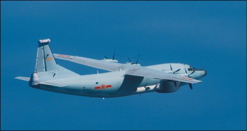 昨又有共軍「運八」反潛機、「運八」遠干機(見圖)、「運九」通信對抗機各一架,進入我國西南方防空識別區。(國防部提供)