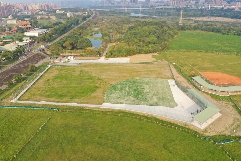 新北市政府在樹林鹿角溪河濱公園打造全台首座身障專用棒壘球場。(新北市政府高灘地工程管理處提供)