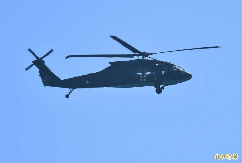 失聯飛官蔣正志的家屬,今早則搭上軍方搜救直升機,前往雷達光點消失海域上空,對蔣上校呼喚,希望能趕快出現,加速搜救作業。 (記者游太郎攝)