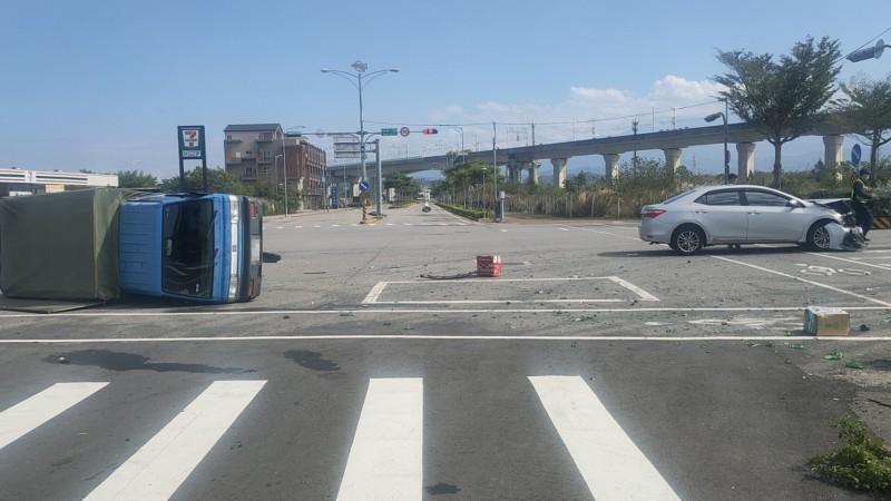 苗栗縣後龍鎮高鐵六路與新東路口,今天中午12點許,發生小客車與小貨車碰撞車禍,造成小貨車翻覆。(圖由民眾提供)