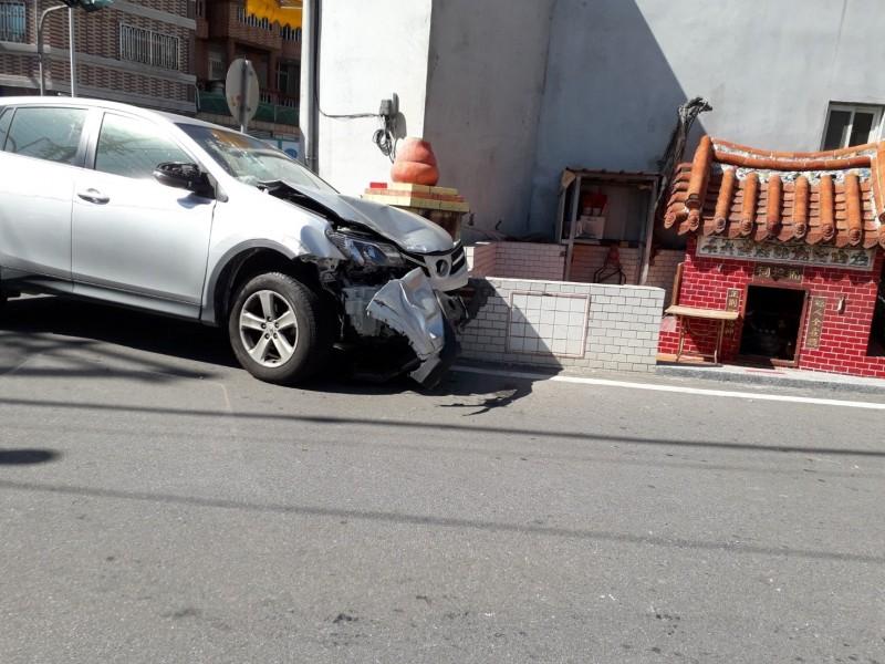 酒後開車的柯姓男子駕駛休旅車追撞前車,竟肇事逃逸,結果在離事故現場約200公尺處,失控撞擊到路旁一間土地公廟金爐而被逮。(圖由民眾提供)