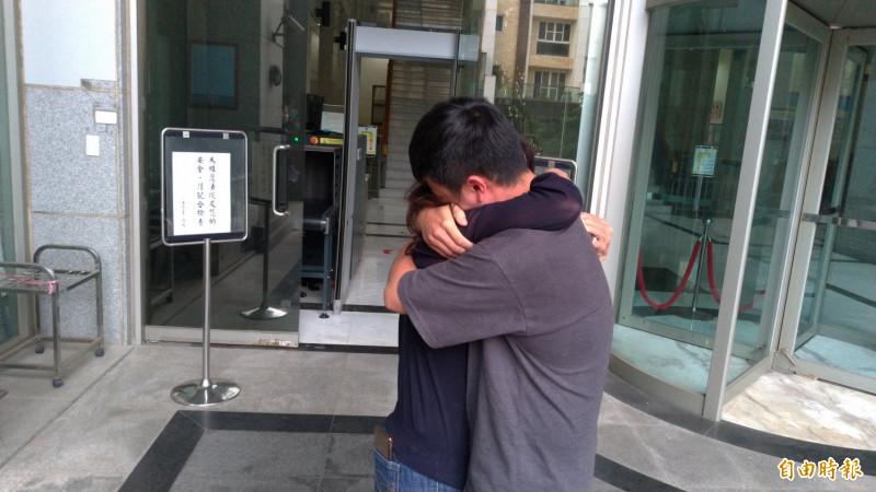 邱勝翔(右)獲交保步出台南地院後與母親抱頭痛哭。(記者王俊忠攝)
