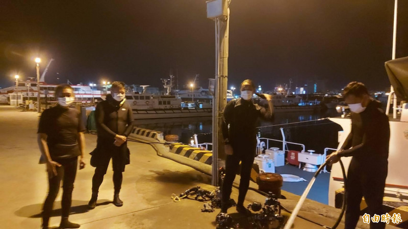 獲救四人送回澎湖馬公隊部,露出輕鬆的笑容。(記者劉禹慶攝)