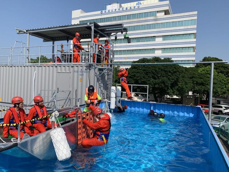 離岸風電研習學員實際演練GWO國際認證課程BST「海上求生」單元。(金屬中心提供)