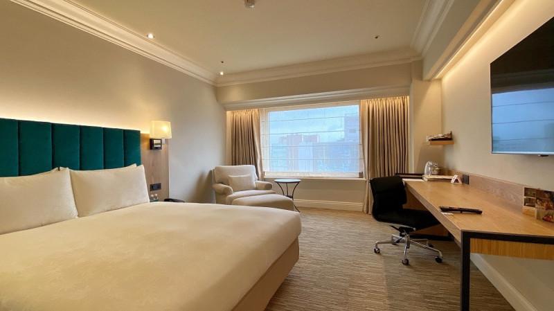 旅客倒數完後由專車接送入住西華飯店全新尊榮豪華房,讓你狂歡後也能舒服的睡上一覺。(業者提供)