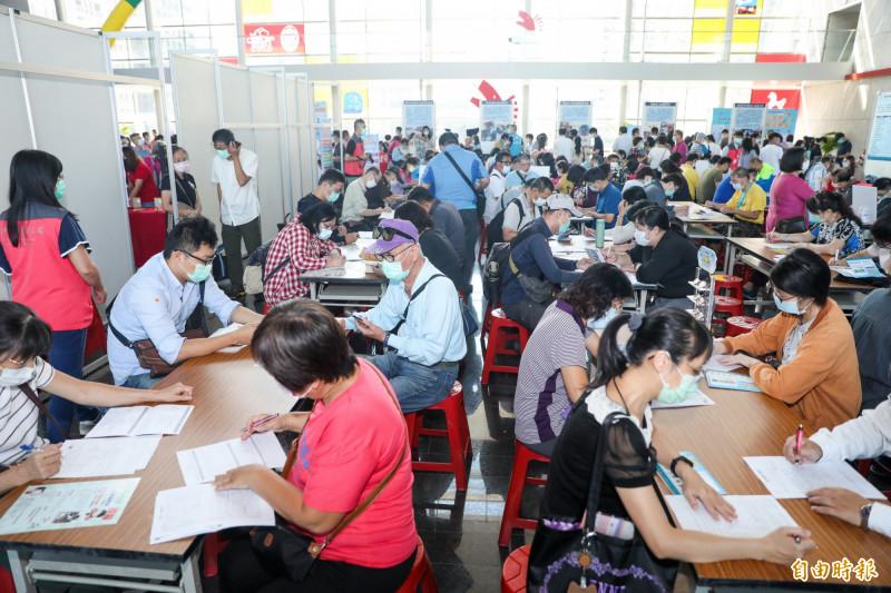 中高齡就業博覽會吸引中高齡族群求職踴越,現場填寫應徵資料。(記者蔡淑媛攝)