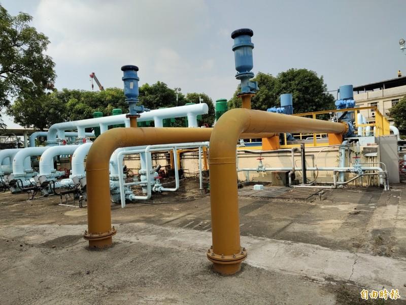 中油大寮集水坑(在高屏大橋附近)抗旱水井已納管,黃色水管是通往自來水原水管,藍色水管是中油送往楠梓的水管。(記者陳文嬋攝)