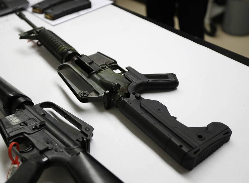 美國科羅拉多州丹佛郡1名女子今年6月與男友遛狗時,狗狗疑於1名男子住處外花園大號,令對方大感不滿,拿出半自動步槍射擊至少24槍。示意圖。(美聯社)