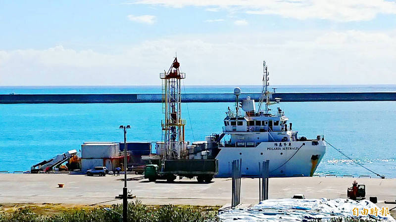A drilling vessel waits in dock at the Port of Hualien in Hualien County yesterday, as it is fitted out to join the search for a missing F-16 pilot and plane. Photo: Yu Tai-lang, Taipei Times