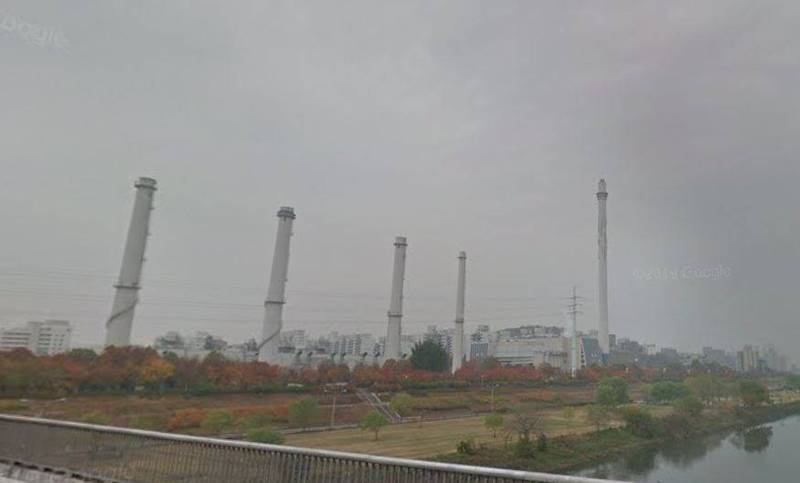 南韓首爾市陽川區木洞熱電聯產廠發生爆炸,劇烈聲響引起當地居民恐慌,已經緊急通報消防部門,初步確認爆炸聲來源為安全裝置損壞產生的水蒸氣。(圖片擷取自google map)