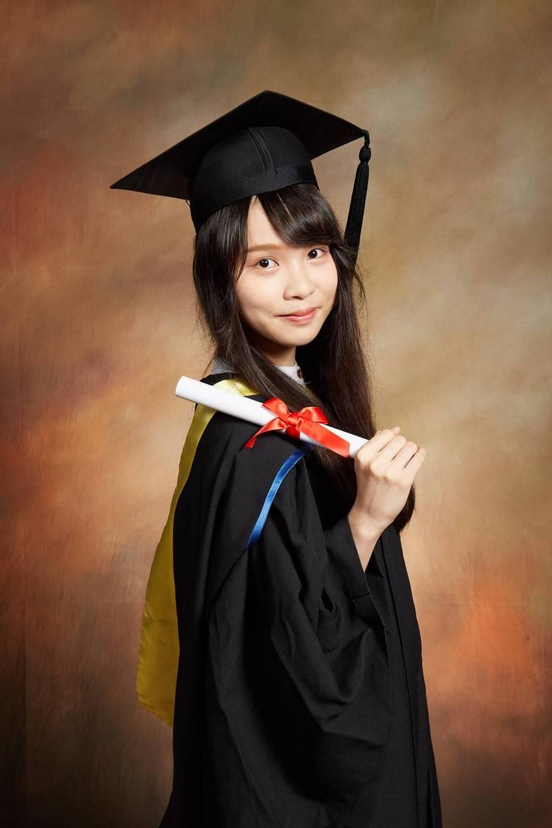 香港「學民女神」周庭今晚在臉書上PO出甜美學士照,向粉絲宣告「我畢業啦!」(圖擷取自周庭臉書)