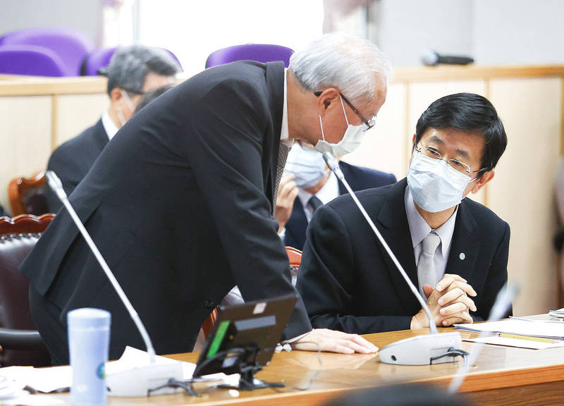 Ministry of Justice Investigation Bureau Director-General Leu Wen-jong, right, attends a meeting of the Legislative Yuan's Judiciary and Organic Laws and Statutes Committee concerning a case involving the loss of 6.5kg of amphetamines to be used as evidence. Photo: CNA