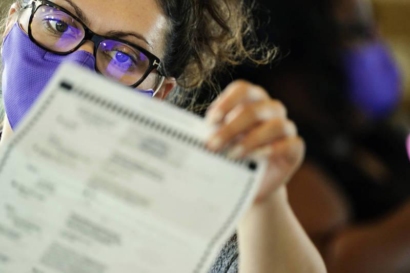 英國數據分析師伊格斯菲爾德(Sarah Eaglesfield)說,在2020年大選期間,發現幾個州的投票數發生「不尋常變化」(unusual changes)。(美聯社資料照)