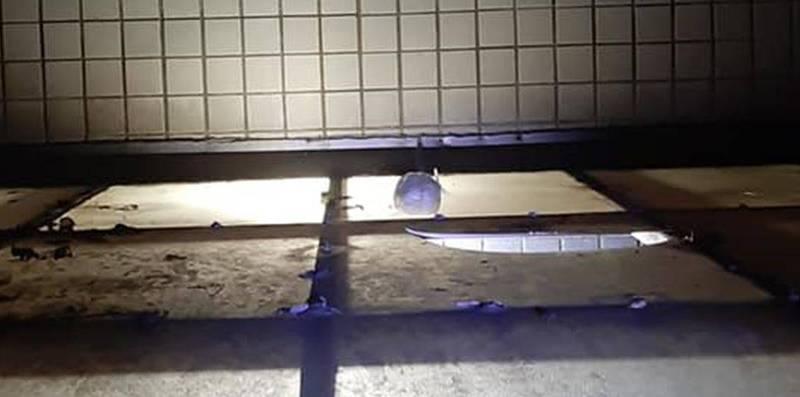 有民眾半夜發現自家遮雨棚被白色不明物體砸出破洞。(圖取自爆料公社)